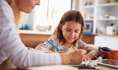 Βοηθήστε το παιδί να οργανώσει τη μελέτη του και θα δείτε πώς θα βελτιώσει τις σχολικές του επιδόσεις